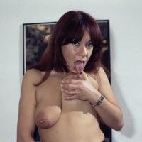 Hängende Brüste von einer alten nackten Frau