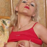 Reife Dame zeigt ihre nackten Möpse