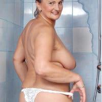Alte Oma mit nackten Titten in der Dusche