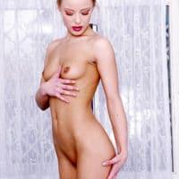 Ganz nackte Frau mit kleinen Titten