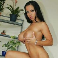 Geile schwarzhaarige nackte Frau mit großen Brüsten