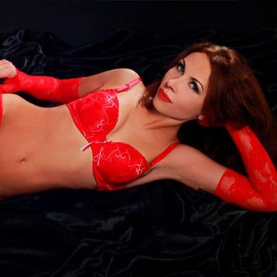 Sexspiele Live vor der Flirtcam mit ReifeVivian in roten Dessous